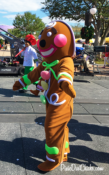 A Gingerbread Man in Disney's Christmas Day Parade 2015 in the Magic Kingdom! | PixieDustChicks.com